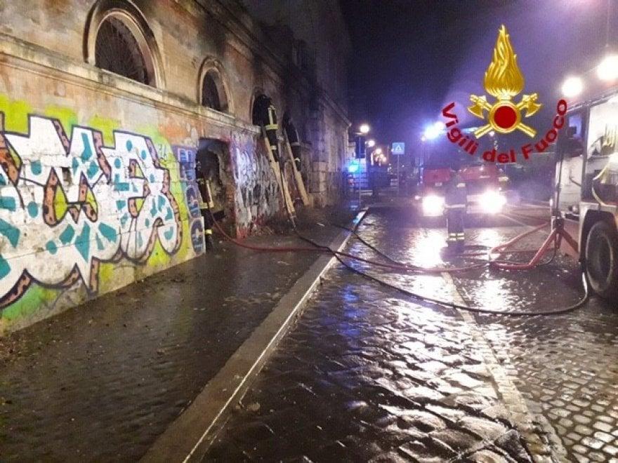 Roma, fiamme in un giaciglio per clochard all'ex Mattatoio: nessun ferito