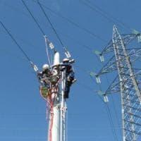 Fiumicino, incidente sul lavoro: cede la scala sul palo della luce, operaio