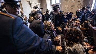 """Rifiuti, protesta in Comune: """"Noi sindaci di provincia non siamo vostra discarica""""   foto"""