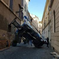 Roma, il tir si ribalta dopo una manovra azzardata: illeso l'operaio nel cestello