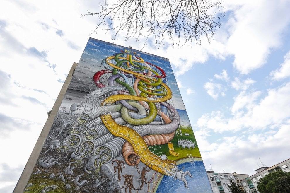 In piscina o nelle fogne: la disuguaglianza sociale nel nuovo murale di Blu a Roma