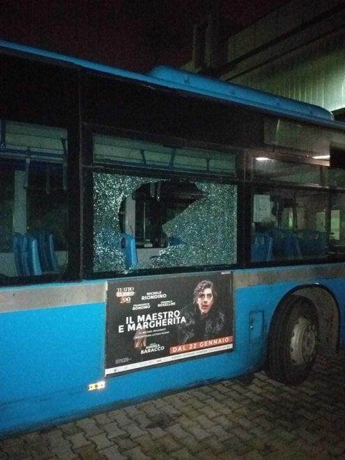 Roma, sassi contro bus in via Candoni: vetri in frantumi