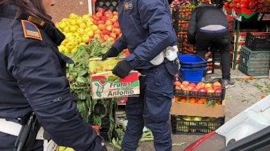 Trionfale, venditore abusivo di frutta e   Ft   verdura, le 260 casse donate ai francescani