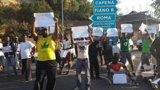 """Castelnuovo di Porto, trasferiti dal Cara i primi 300 rifugiati. La prefetta Basilone: """"Verso la chiusura"""""""