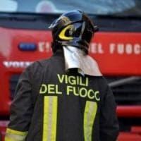 Roma, auto in fiamme in via del Tritone: strada chiusa