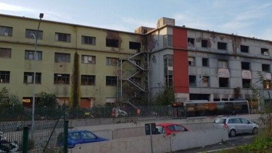 """Roma, Ex Penicillina di nuovo occupata dopo lo sgombero. Raggi: """"Inaccettabile"""""""