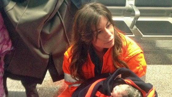 """Fiumicino, passeggera partorisce in aeroporto. Il medico: """"Emozione e paura, poi un pianto liberatorio"""""""