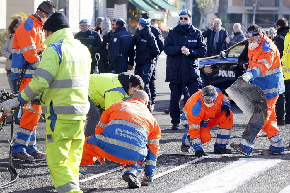 Roma, buche stradali: le aggiustano anche trenta detenuti di Rebibbia