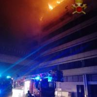 Roma, fiamme nel palazzo dell'ex centro direzionale Alitalia alla Muratella