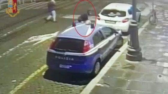 Roma, allontanati da una discoteca danneggiano un'auto della polizia, 4 denunce