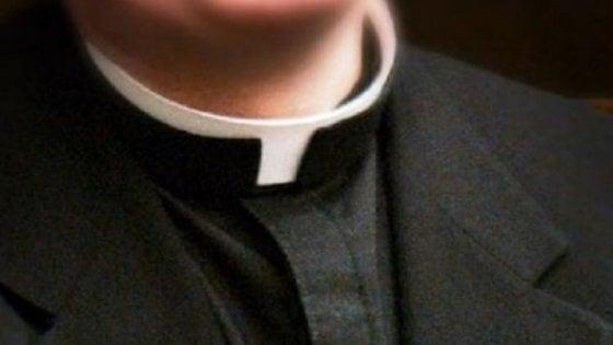 Innamorata del prete, interrompe la messa e sale sull'altare: denunciata a Fondi