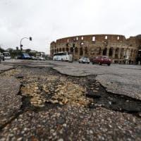 Buche, dopo la pioggia Roma di nuovo in tilt. Salaria, strage di gomme