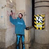 Sagoma di Salvini e scatola di pistole finte: a Roma la provocazione dello street artist Sirante