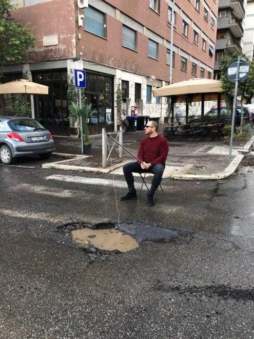 Roma, si pesca nella buca piena d'acqua: la denuncia ironica alla Garbatella