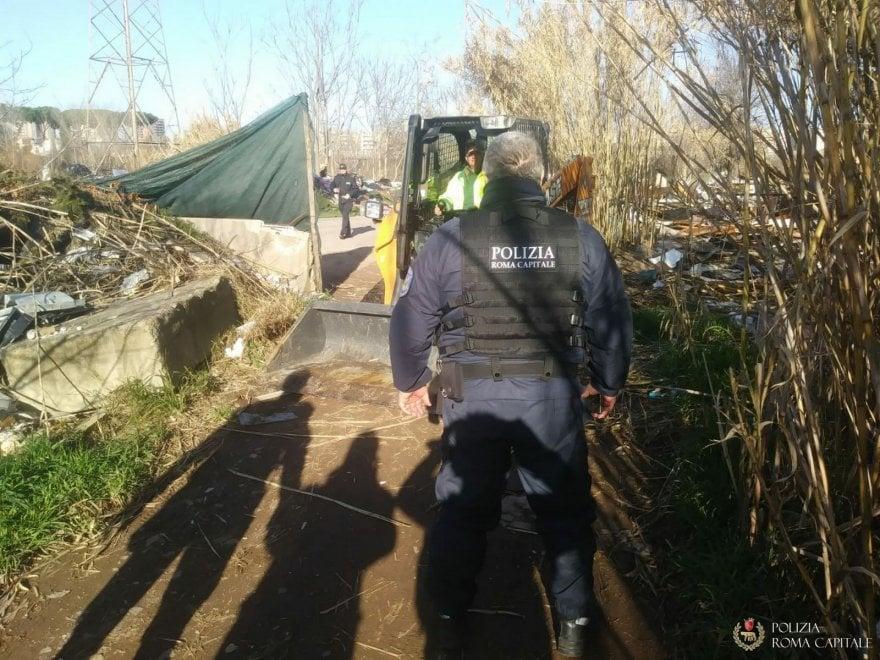 Roma, sgomberati due insediamenti abusivi in via Collatina: demolite 35 baracche e 6 tende