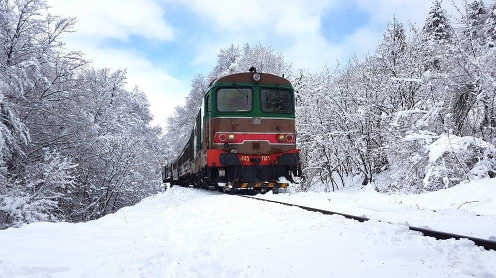 In treno sulla neve: lo spettacolo della Transiberiana d'Italia