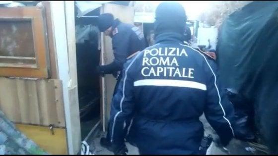"""Roma, demolite 15 baracche abusive su lungotevere Dante. """"Ma no al video dell'operazione con la musichetta"""""""