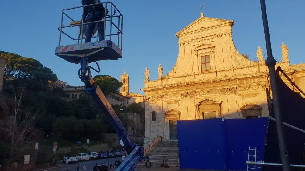 Roma, a due passi dal Campidoglio il set di The new pope. C'è anche il regista Sorrentino