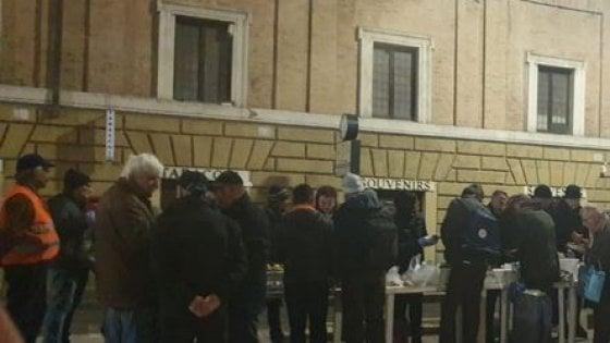 Vaticano, detenuti distribuiscono pasti ai senzatetto di San Pietro