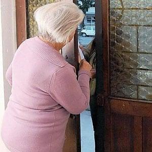 """Cerveteri, terrorizza la nonna: """"Se non vendi casa ti chiudo in manicomio"""". Arrestato"""