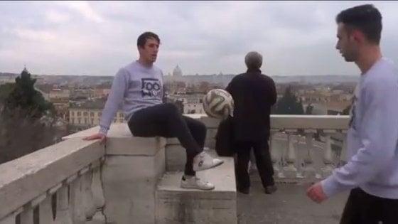 """Calcio da pazzi: palleggiano ininterrottamente da piazza del Popolo a piazza Venezia: """"E' il nostro freestyle da campioni"""""""