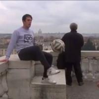 Calcio da pazzi: palleggiano ininterrottamente da piazza del Popolo a piazza