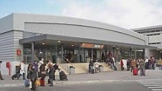 Roma, incendio nell'aeroporto di Ciampino: passeggeri evacuati e voli fermi