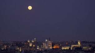 Lo show della superluna  nel cielo di Roma