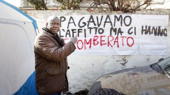 """Roma, comitati mobilitati per i senegalesi sfrattati al Pigneto: """"Non devono andare via da qui"""""""