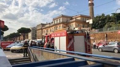 Metro Policlinico, scala mobile si blocca Passeggeri caduti: donna contusa