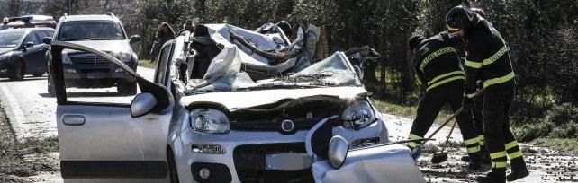 Vento, albero su auto a Guidonia: un morto   foto   Capena, padre giù dalla scala: figlio muore travolto.  Crolli in tutta Roma, tronco su taxi    foto         Alvito, cede muro : perdono la vita due anziani