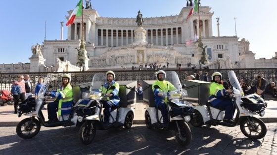 A Roma i pacchi viaggiano sui tricicli elettrici di Poste