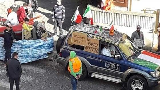 """Formello, nella sfilata di carnevale barconi e scritte """"no pago affitto"""". Ed è polemica: """"Carro della vergogna"""""""