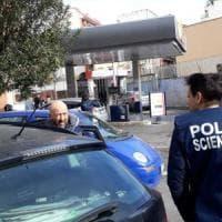 Roma, spari al distributore di benzina dopo tentata rapina al Quadraro: un ferito