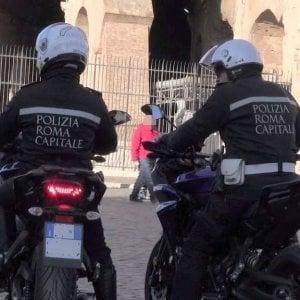 Colosseo, maxi-blitz contro i venditori abusivi: 40 fermati