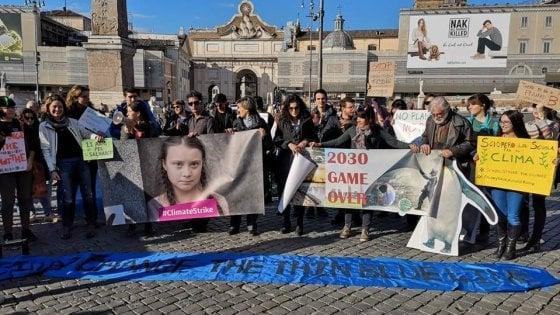 """Roma, """"Fermiamo la febbre del pianeta"""": il popolo verde sotto la colonna Traiana"""