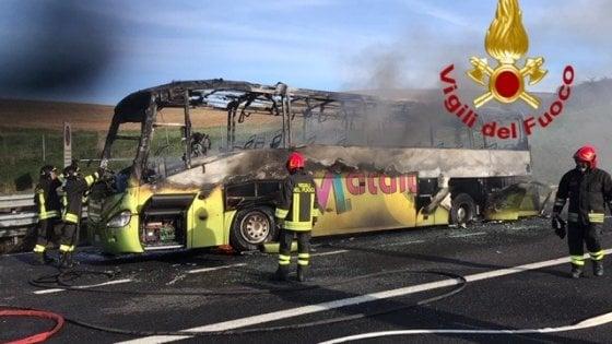 Bus di studenti in gita prende fuoco sull'autostrada A1: nessun ferito