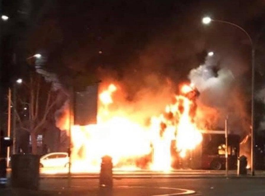 Flambus, un altro mezzo in fiamme in piazzale Clodio