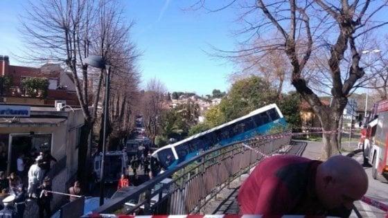 Grottaferrata, bus Cotral esce fuori strada: sette feriti