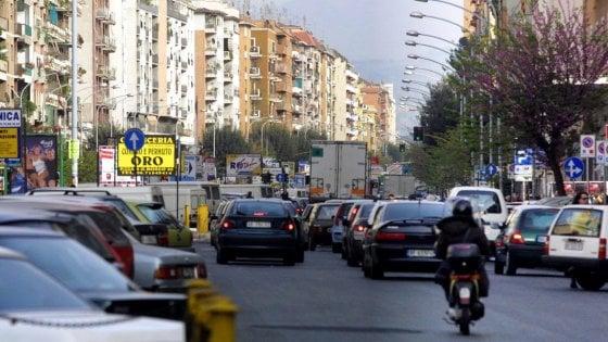 Roma,  doppie file, è boom di multe ma gli irriducibili non si fermano