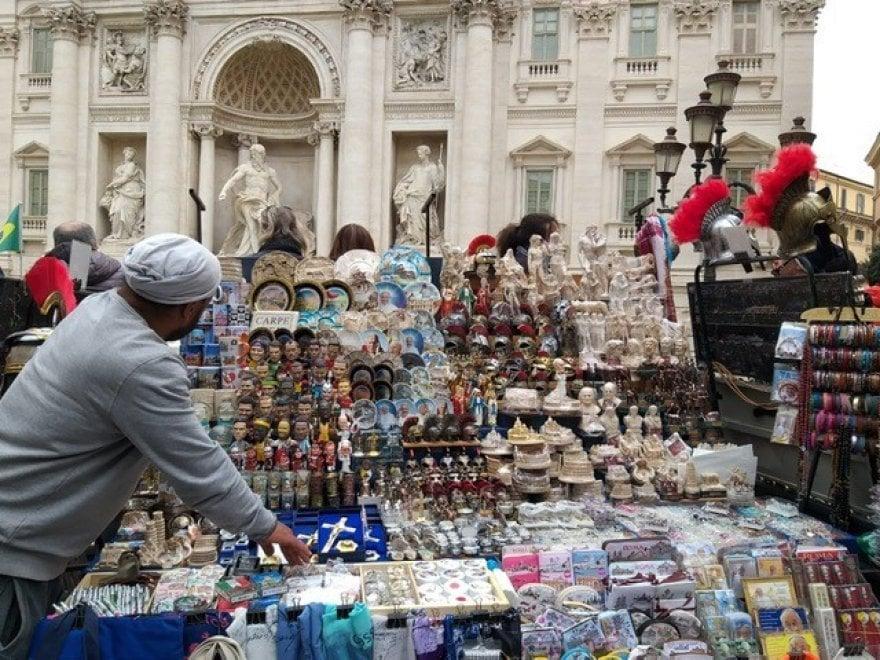 Roma, tour tra  bancarelle horror  che assediano Fontana di Trevi