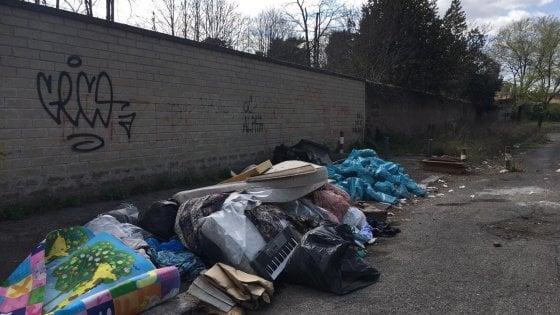Roma, rifiuti abbandonati tra due scuole: la denuncia dei genitori