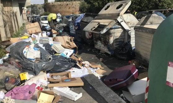 Roma, cassonetto in fiamme nella notte a Marconi: danneggiate 6 auto