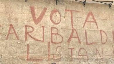 """Ripristinata la scritta """"Vota Garibaldi""""  coperta per errore alla Garbatella"""