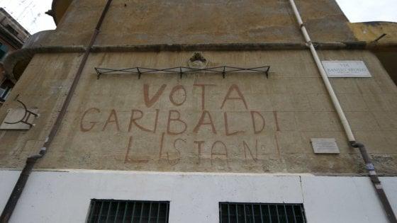 """Roma, ripristinata la scritta """"Vota Garibaldi"""" coperta per errore alla Garbatella"""