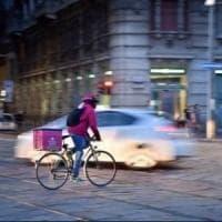 Rider che consegnano i cibi: nel Lazio prima legge che li tutela