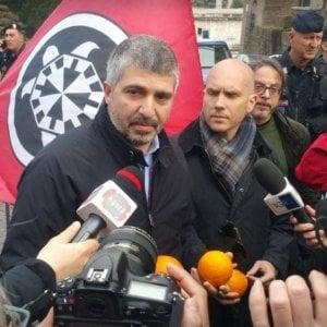 """Arresto De Vito, in Campidoglio salgono Casapound con le arance e supporter ex sindaco Marino: """"Dimissioni"""""""