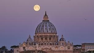 Una 'Superluna' sospesa sulle cupole e i monumenti  di Roma