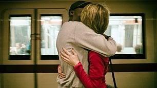 Baci, abbracci e addii dentro la metropolitana