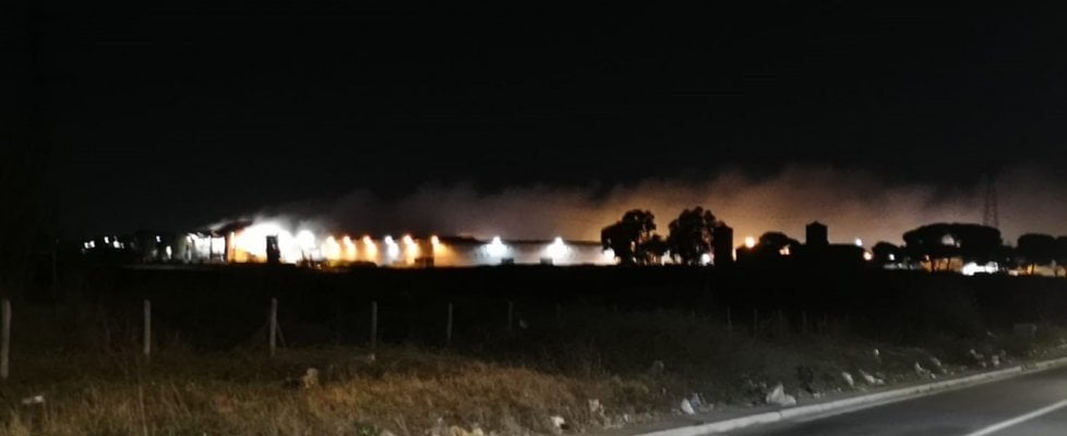 Rifiuti a Roma, ancora un rogo in un impianto di trattamento: brucia quello di Rocca Cencia